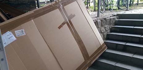 Ausstellung, vorher, riesiges Paket