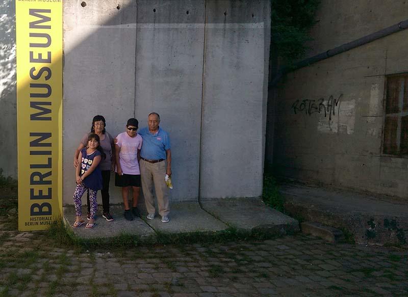 Familie aus Peru an der Mauer am Berlin Story Museum