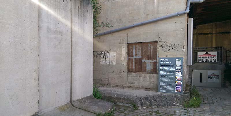 Tafel Berliner Mauer am Bunker außen
