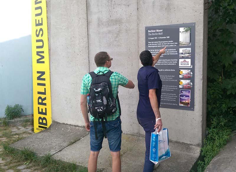 Mauer vor dem Museum und neue Tafel