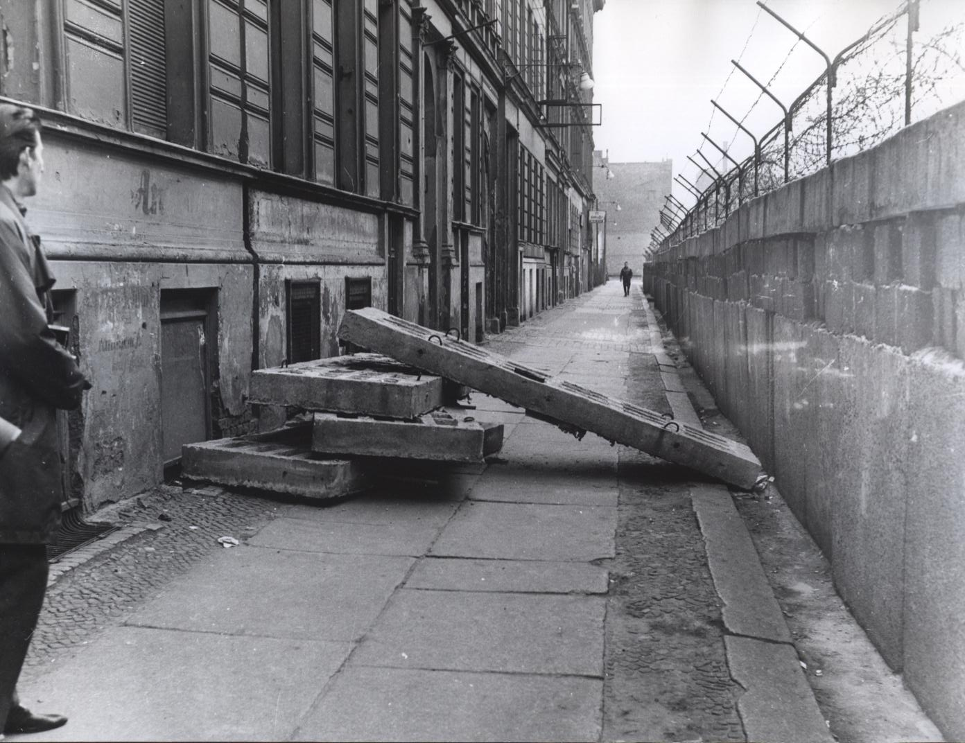 306-bn-95-16_berlin-kreuzberg-heinrich-heinestrasse-corner-to-sebastianstrasse-new-harassments-for-residents-of-west-berlin-apartments-are-closed-off-by-cement-blocks-04-25-1963